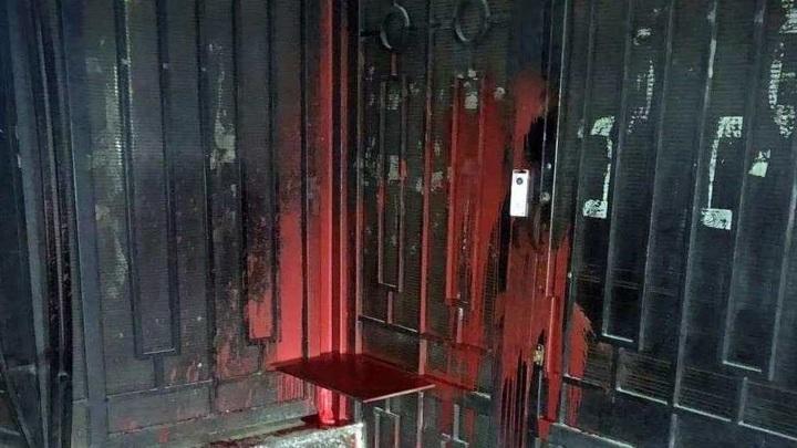 Ворота российского Генконсульства в Одессе облили краской
