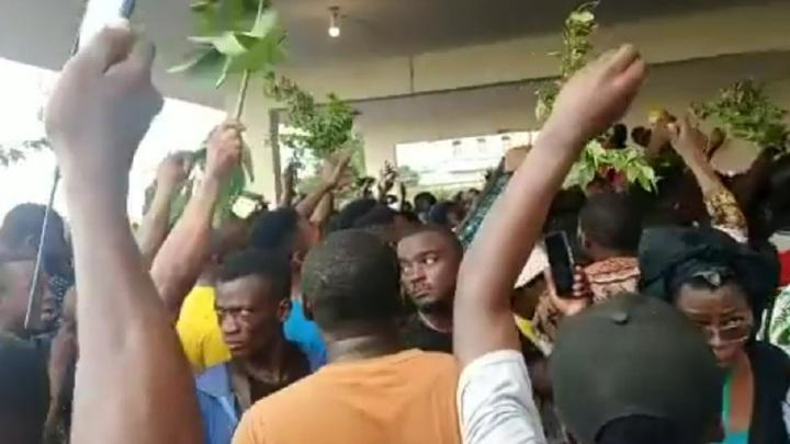 В Африке жандарма забили камнями за убийство ребенка