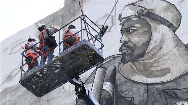 Бразильский художник создал в Сан-Паулу мурал из пепла сгоревших тропических лесов