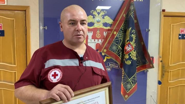 В Калининграде наградили водителя скорой за спасение ребенка от пьяного отца