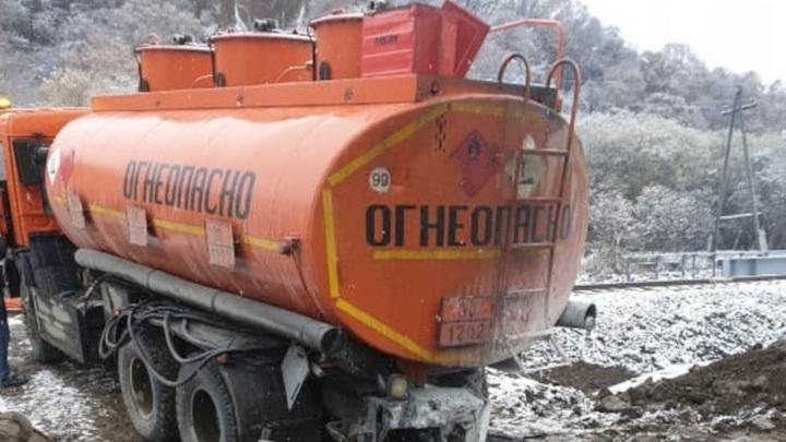 Cотрудники полиции госпитализированы на Сахалине после аварии с бензовозом