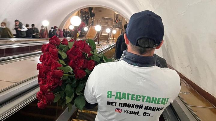 """Мужчина в футболке """"Я дагестанец"""" раздавал женщинам цветы и шоколадки"""