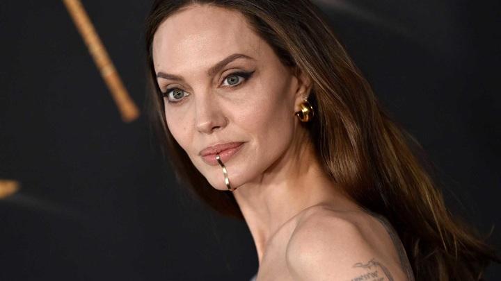 """Отощавшая Джоли пришла на премьеру фильма """"Вечные"""" с пятью детьми"""