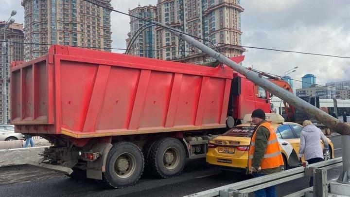 Рухнувший столб перекрыл Строгинский мост в Москве