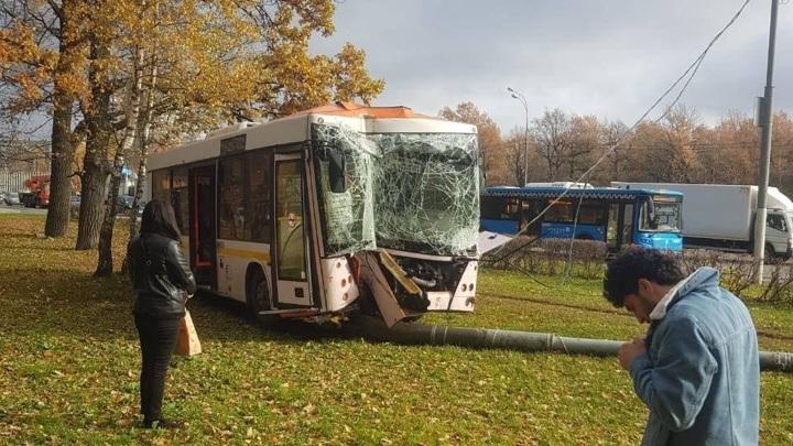 Автобус врезался в столб на юго-западе Москвы