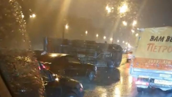Ночью на МКАД в результате аварии перевернулся автомобиль