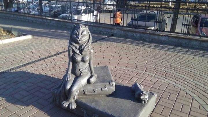 """Скульптуру """"Кошка на чемоданах"""" у вокзала в Кургане демонтировали"""