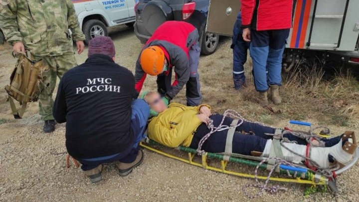В горах Крыма сотрудники МЧС спасли обездвиженную женщину