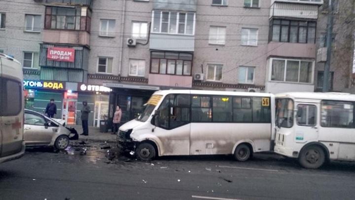 Без прав: в Челябинске пьяный водитель столкнулся с маршрутками