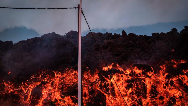 На Канарах произошло мощное землетрясение, обрушился вулкан Кумбре-Вьеха