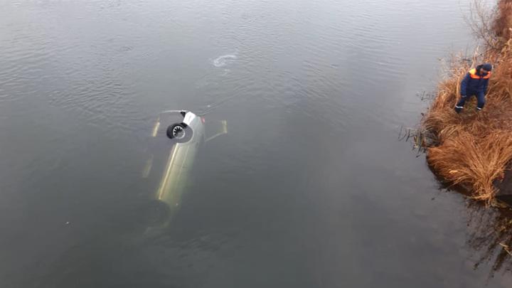 Поиски людей: в Магнитогорске Lada с людьми улетела с моста в реку