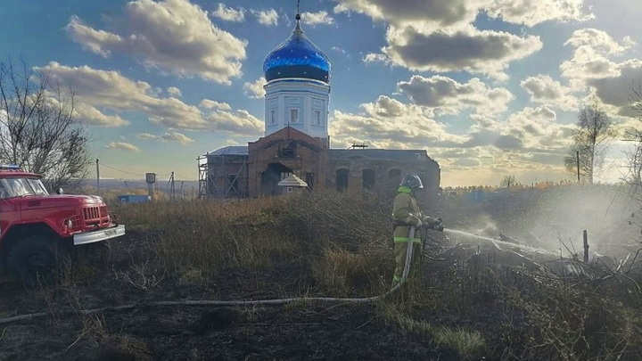 Липецкие пожарные спасли от огня храм и деревню