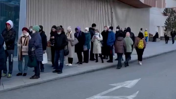В Перми выстроились огромные очереди из желающих пройти вакцинацию