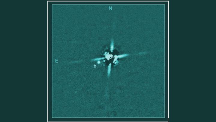 """Изображение планеты 2M0437, сделанное с помощью телескопа """"Субару""""."""