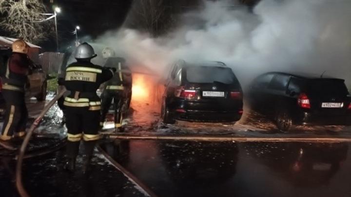 Сгорели три машины на парковке во Владимире