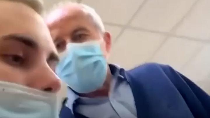 В красноярском техникуме преподаватель схватил студента за шею