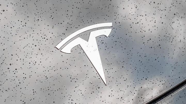 Электрокар Tesla вспыхнул после столкновения со столбом в Новой Москве