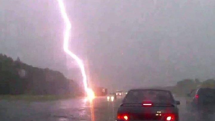 Молния попала в зонт в омске