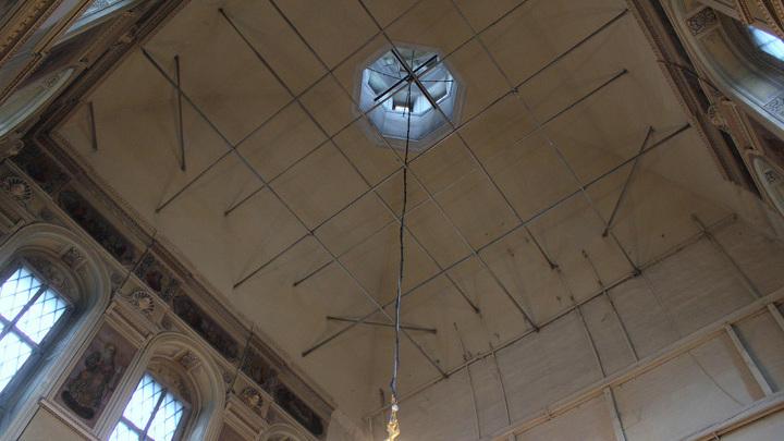 Купол изнутри с росписями и остатками креплений тяглового иконостаса, уничтоженного в 1934 году.