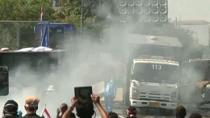 Тайцы на тракторе и полицейской машине штурмуют Дом правительства