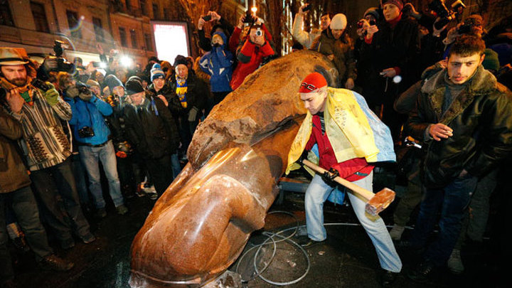 Киевские оппозиционеры растащили Ленина по кусочкам. Возбуждено дело