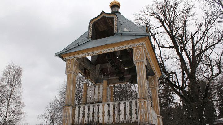 Колокольня церкви Спаса Нерукотворного в подмосковной усадьбе Мураново. Воссоздана по старинным фотографиям и освящена в 2000 году.
