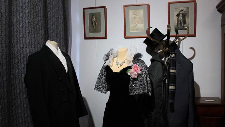В кабинете Мастера (восстановлен по документам 1934 года) - сценическое платье из спектакля «Дама с камелиями». Реконструкция. В настоящем похоронят Зинаиду Райх…