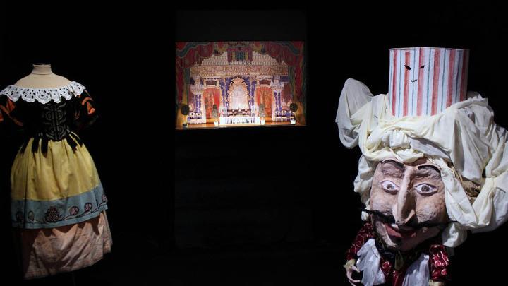 В бывшей детской – сегодня «Маскарад» по М.Лермонтову (Александринский театр, 1917 год). Реконструкция. Слева – Карлик работы Сергея Якунина.