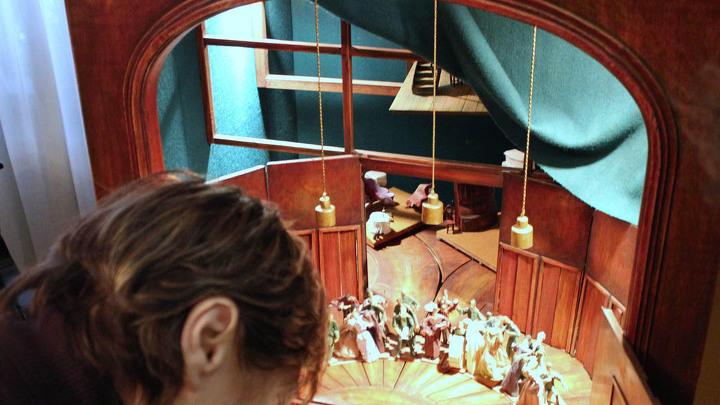 Механическая «часть» сцен работы К.Состэ ( скульптурные фигурки В.Петрова) к спектаклю Мейерхольда «Ревизор» по Н.Гоголю. Действующий макет художников В.Киселёва, В.Дмитриева и И.Шлепакова.  Реконструкция 2004 года.