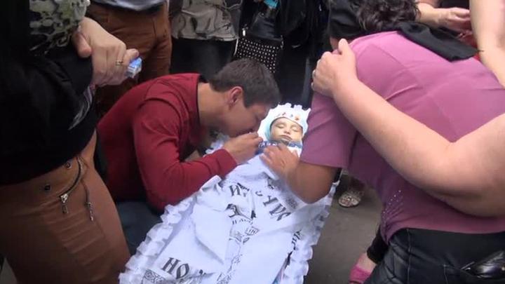 В Луганске похоронили 10-месячного ребенка, погибшего при обстреле