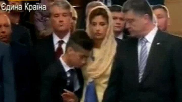 Сын Порошенко упал в обморок на молебне за Украину