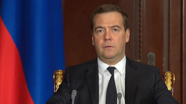 Медведев пообещал выплаты к юбилею Победы ветеранам в Прибалтике