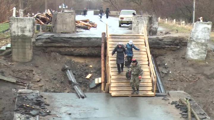 В станице Луганской восстановили взорванный силовиками мост