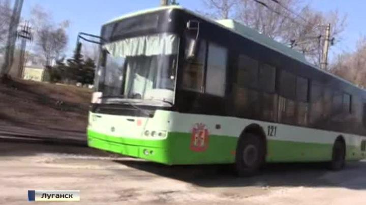На улицы Луганска выехал первый за 9 месяцев троллейбус