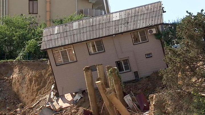 Дом сполз в котлован в Адлере