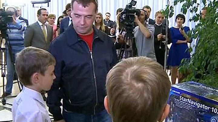 Медведев оценил лучшие детские рисунки