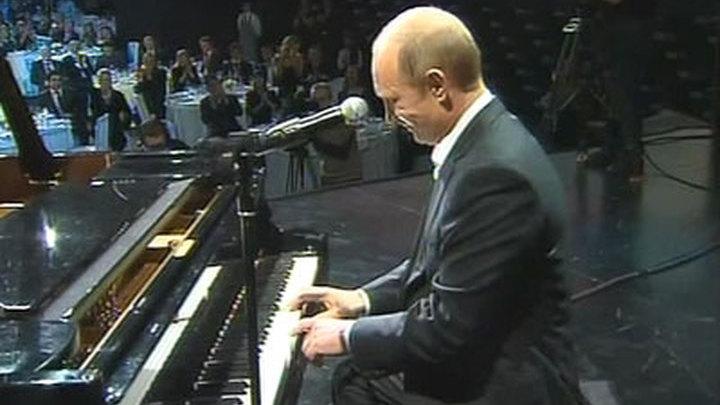 Путин сыграл на рояле и спел на благотворительном концерте в Санкт-Петербурге