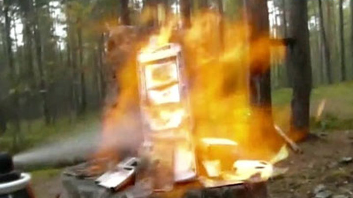 Россияне поджигают и расстреливают мобильники
