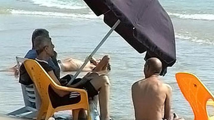 В Израиле от жары спасаются в торговых центрах и в море