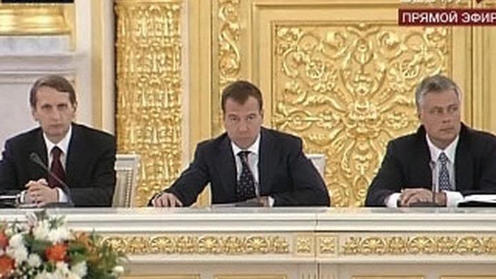 Медведев предложил усилить ответственность за продажу алкоголя подросткам
