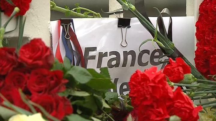 """""""Мы с вами"""": москвичи скорбят по жертвам терактов во Франции"""